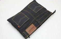 You can make a wide variety of purses and bags out of old jeans, depending on your sewing abilities and spare time. Diy Jeans, Reuse Jeans, Jean Crafts, Denim Crafts, Denim Ideas, Creation Couture, Recycled Denim, Denim Bag, Sewing Hacks