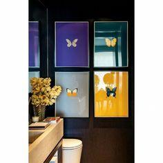Olha essa parede de quadros no lavabo ficou linda e super original! by decorandocomclasse