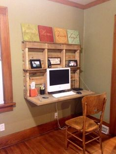 Computer desks are very important, especially for workers who always work on the computer. Comfort, space suitability, and artistic value are considered when choosing a small computer desk design. Pallet Desk, Diy Pallet Furniture, Diy Pallet Projects, Home Furniture, Pallet Crafts, Furniture Plans, Wood Desk, Office Furniture, Pallet Couch