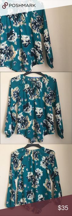"""Simply Vera Vera Wang green floral tunic top Great used condition. I love this too. Has two ties for the front enclosure. Super cute! Approximate measurements: 15"""" armpit to bottom;  34"""" bust// 100% polyester Simply Vera Vera Wang Tops Tunics"""
