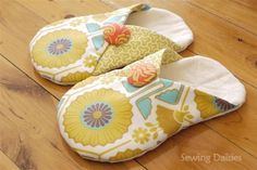 The Slouchy Slippers are incredibly easy to make. Free step-by-step instructions with pattern!, you can buy the non-slip fabric for the bottom of the slippers at JoAnn Fabric & Craft stores! :) (ugly fabric but that could change) Sewing Hacks, Sewing Tutorials, Sewing Patterns, Sewing Ideas, Fabric Crafts, Sewing Crafts, Sewing Projects, Sewing Diy, Diy Wardrobe