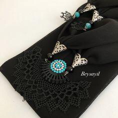 Fular oyası örneği Scarf Jewelry, Jewellery, Color Combinations, Brooch, Design, Scarfs, Hand Embroidery, Fashion, Necklaces