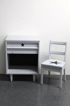 The matching grey nightstand and kids chair with black stars and blackboard