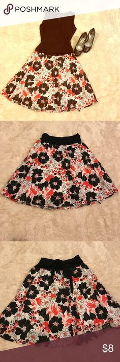 Floral Skirt 🌺🌺❤️ Cute to dress up skirt , floral print in white, black and red is a size 7 in Mexico , equivalent to a size S, but could probably fit a M as well , in great conditions. Skirts Midi