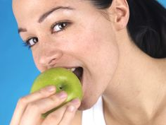 Einige Lebensmittel sind definitiv nicht gut für Ihre Gesundheit. Wir erklären, warum Sie von diesen 13 Lebensmitteln lieber die Finger lassen sollten. 1. Industriell weiterverarbeitetes Fleisch – enthält Nitrat, das vom Körper in krebserregende Stoffe umgewandelt werden kann 2. Margarine – enthält Transfette