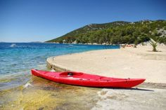 Zeekajakken in Kroatië --- De eindeloze ketens van dunbevolkte eilandjes maken van Kroatië de perfecte bestemming voor liefhebbers van zeekajak. Sommige tours beginnen in de historische havenstad Dubrovnik en je kunt een dagtrip maken vanaf 35 euro. Meer info vind je op Adriatickayaktours.com.