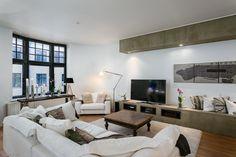 Myytävät asunnot, Lönnrotinkatu 15, Helsinki #oikotieasunnot #loft #olohuone #livingroom Loft, Flat Screen, Flatscreen Tv