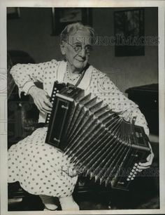 1933 Press Photo Mrs Mary A Malclmson Age 85 Playing Accordion #Collectible