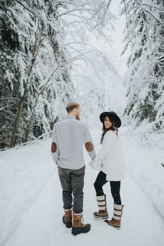 The Cutest Winter Engagement Shoot - © Alyssa Wilcox Photography 2017 - Winter Engagement Photos With Dog, Winter Couple Pictures, Winter Family Photos, Engagement Photo Outfits, Winter Pictures, Engagement Couple, Engagement Shoots, Country Engagement, Fall Engagement
