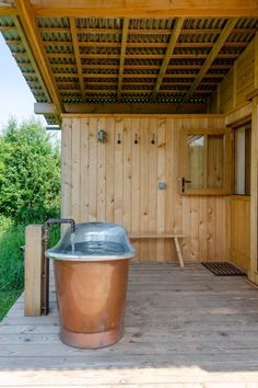 Architecture and design office Out of the Valley has completed a wooden holiday cabin on a farm in Devon, England, featuring a mono-pitched roof and sliding doors that open onto a sheltered veranda. Exeter, Copper Tub, Co Housing, Outdoor Tub, Journal Du Design, Best Architects, British Countryside, Wood Patio, Interior Garden