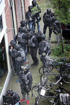 DSI operators during a voltage in Arnhem, the Netherlands. Special Forces Gear, Military Special Forces, Military Gear, Military Police, First Spear, Swat Police, Combat Gear, Military Pictures, Law Enforcement