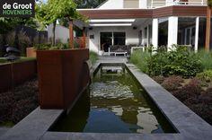 Strakke moderne vijver, Waterspiegel, natuursteen rand, cortenstaal, Waterval