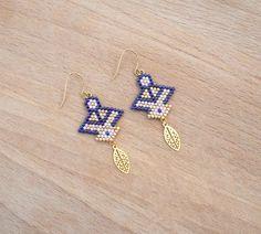 Petites boucles d'oreille avec tissage de perles style aztèque Petit ensemble de perle miyuki tissées violet, violet clair et doré 2,4cmx2,3cm Petite Feuille ajourée plaq - 20667347