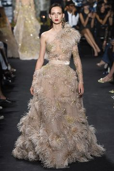 Lebanese fashion designer Elie Saab unveiled his highly anticipated Haute Couture fall/winter 2016 collection today in Paris. A timeless couture travel Style Couture, Couture Fashion, Runway Fashion, Fashion Show, Fashion Design, High Fashion, Fashion Week, Paris Fashion, Fashion Trends