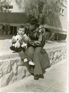 שרה עם הבן ארז והדובי ברחוב צבי בורנשטין