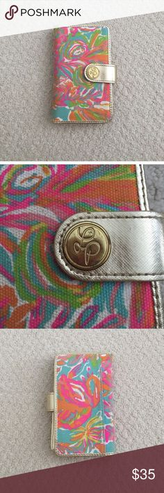 Lilly Pulitzer wristlet wallet Wallet and wristlet in one! Hold 6 cards, 3 skits for money, button closure, hidden wristlet handle compartment. Perfect condition. Clutch Wristlet wallet Lilly Pulitzer Bags Wallets