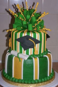 Green and gold graduation cake // #SicEm