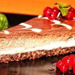 A quick and easy chocolate pie recipe with the taste of s'mores! Baked Smores, Smores Pie, Easy Chocolate Pie Recipe, Chocolate Pies, Elegant Desserts, Just Desserts, Dessert Recipes, Raw Vegan, Cheesecake