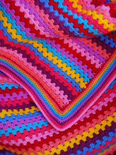 My kiddos that love the bright colors would love this. Original pattern is from (Lucy( ~ free pattern Ravelry Crochet, Crochet Motifs, Crochet Granny, Crochet Blanket Patterns, Crochet Stitches, Ravelry Free, Crochet Home, Love Crochet, Crochet Crafts