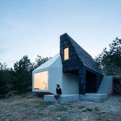 Coup de coeur pour cette petite maison de 76 m2 située sur le flanc d'une colline proche de Divčibare en Serbie. Cette habitation à la dualité évidente, s'inspire de la nature environnement mais également des constructions locales. La partie monolithique blanche très contemporaine se marie parfaitement avec le noir du bardage traditionnel de la partie droite de la maison. Les architectes ont également joué sur la dualité entre la lumière et l'obscurité des deux modules.