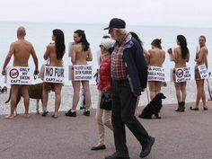 Manifestantes nus protestam contra uso de peles de animais em roupas