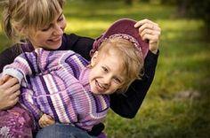 Mutter Tochter Mütze anziehen