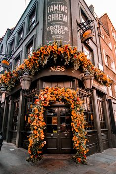 """Oct 2019 - Discover the beautiful flower decorations in the city of London. Real """"MUST SEE"""" items you should add to your London itinerary! Orange Aesthetic, Autumn Aesthetic, Flower Aesthetic, Travel Aesthetic, Aesthetic Drawing, Aesthetic Style, Autumn Photography, London Photography, Photography Flowers"""