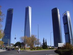 Four skyscrapers rise in north Madrid, breaking with the traditional regular scale of the Spanish city skyline. Madrid Skyline, Madrid City, Willis Tower, San Francisco Skyline, The Good Place, Spanish, To Go, Change, Amazing Places
