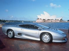 """Jaguar XJ220 Jaguar wyposażony w 3,5-litrowy silnik V6 o mocy 542 KM osiągnął prędkość 350 kilometrów na godzinę, chociaż producent twierdził, że XJ220 może pojechać """"zaledwie"""" z prędkością 341 km/h. Za podstawową wersję XJ220 trzeba było zapłacić około 1 733 000 złotych. Niestety, z taśm produkcyjnych zjechało ledwie 284 egzemplarzy super-Jaguara."""