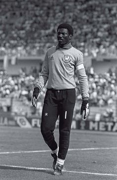 Football 1982 World Cup Finals La Coruna Spain June 1982 Cameroon 0 v Poland 0 Cameroon's goalkeeper Thomas N'Kono during the group A match Best Football Players, World Football, Football Jerseys, Cool Football Pictures, Football Images, 1982 World Cup, Fifa World Cup, Afrique Foot, Rcd Espanyol