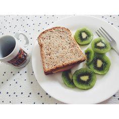 Bom dia segunda-feira! Uma semana abençoada e produtiva para todos nós. 🙏🏻 Segunda é complicado né, to acordada mas to dormindo ainda 😴☕️, e a preguiça de elaborar aquele café da manhã foi maior, então fui de pão integral recheado com peito de peru, queijo prato, passei no pão aquela margarina da sadia multi grãos, já ouviram falar? Kiwi que eu amo 💚, e claro café pra despertar!  #healthlife #semdesculpas #fiquemagracamilla #healthfood #lanchedatarde #studyhard #fitness