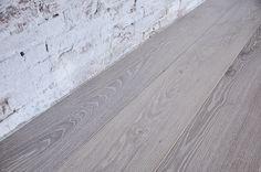 Interior design recupero parquet a tre strati in legno di rovere. le tavole di questa pavimentazione in legno hanno varie dimensioni, sono bisellate e le superfici sono state spazzolate per esaltare le venature ed i nodi SESTINI E CORTI