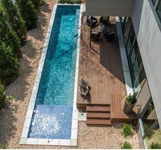 une longue piscine étroite de natation