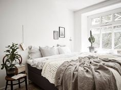 Minimalist bedroom with chunky knit and linen throw blanket - instgram Decor, Home Trends, Beautiful Bedrooms, Gravity Home, Interior, Home, Home Bedroom, Bedroom Interior, Room Inspiration