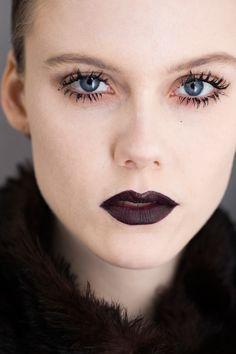 Christian Dior uvedl na molo rudo-černé rty a řasy slepené nánosy řasenky.