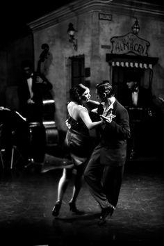 """Tango (como fondo, la esquina de """"El viejo Almacén"""", mítico boliche tanguero de San Telmo)"""
