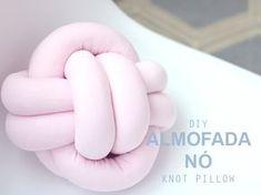 COMO FAZER ALMOFADA DE NÓ - Blog de Aventuras Diy Pillows, Decorative Pillows, Diy Gifts For Girlfriend, Kawaii Crochet, Knot Pillow, Cozy Room, Baby Decor, Knots, Diy And Crafts