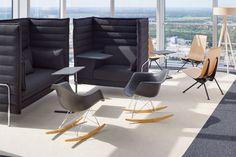 Plastové židle Eames.