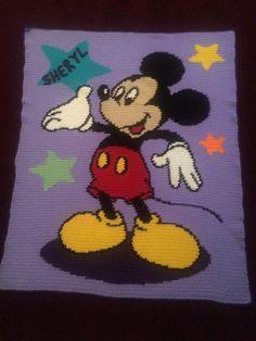 Esta es una manta muy adorable. Haría un gran regalo para eso especial alguien que le encanta Mickey Mouse. Es ligera y mide 35 x 42. Se puede personalizar si así lo solicita.  Lavable a máquina y máquina de seco a fuego lento  Porque es costumbre hecho tardará alrededor de 4 a 5 semanas para completar, posiblemente antes. Podría tomar un poco de tiempo extra para enviar dependiendo de si hay cualquier pedidos delante tuyo. Si usted está necesitando de una fecha determinada, por favor correo…