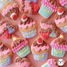 Cupcake and heart cookies Sugar Cookie Royal Icing, Soft Sugar Cookies, Fancy Cookies, Cookie Icing, Valentine Cookies, Iced Cookies, Cute Cookies, Birthday Cookies, Cookies Et Biscuits