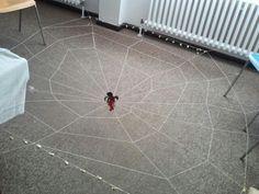 Spinnenspiel aus Hutgummi mit Glöckchen