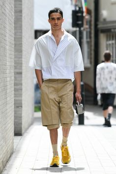 43 Elegant Man Spring Outfits Ideas That Will Trendy In 2020 - This upcoming spring, bright colors are truly in style right now for men. There is no better way for a man to look handsome and attractive then wearin. 2020 Fashion Trends, Fashion Mode, Fashion Week, Fashion 2020, Fashion Outfits, Stylish Men, Men Casual, Best Mens Fashion, Street Style