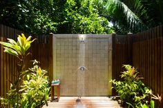 Browse Outdoor Shower Design Ideas For Swimming Pools Areas. Click and take a look at all outdoor shower ideas at The Architecture Designs. Outdoor Bathrooms, Open Air, Tropical Resort, Pool Area, Outdoor Decor, Shower Design, Outdoor Living, Water Features, Swimming Pools