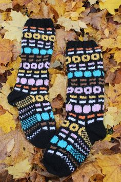 Lakusukat, nam! English Licorice Allsorts wool socks, yammie! #kirjoneule #villasukat #knittedsocks #woolsocks #fairislesocks #fairisle
