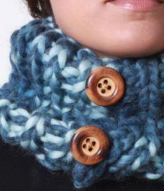 Cuello abierto con botones naturales de madera. Medida aproximada 20 de alto 50 de largo. Materia prima mecha de lana fantasía.  Pieza única.  Hecho a mano por la diseñadora  Talla única