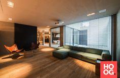 Luxe woonkamer met design meubels en houten vloer   woonkamer ideeën ...