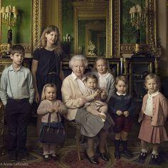 Rainha Elizabeth II comemora 90 anos com foto em família e festa na rua