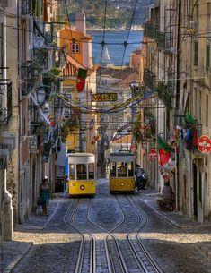 Tappa imperdibile qualora stiate progettando un viaggio in Portogallo o una buona scusa per iniziare a farlo è il festival dell'arte Ágitagueda che si tiene ogni Luglio nella cittadina di Águeda, vicino Porto, e che quest'anno va in scena dal 4 al 26 Luglio. Ogni anno migliaia di ombrelli colorati vengono appesi sopra le strade…