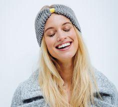 Voici un modèle de tricot sans prise de tête : Un headband tout simple au point mousse relevé d'une touche de couleur pep's ! Il est réalisé en Laine PARTNER 6 coloris gris acier et en coloris jaune soufre pour le petit détail coloré.Modèle n°10 du catalogue n°137, femme : Niveau débutant, automne-hiver 2016/2017