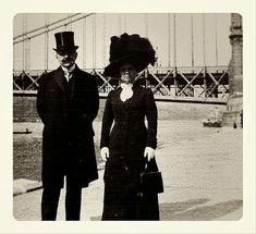 1914. Egy hölgy és egy úr az Erzsébet híd előtt.